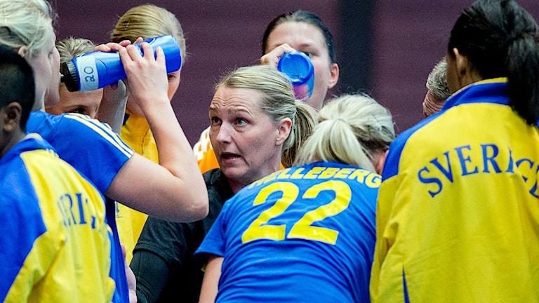 Helle Thomsen instruerar de svenska spelarna. Foto: Adam Ihse/TT