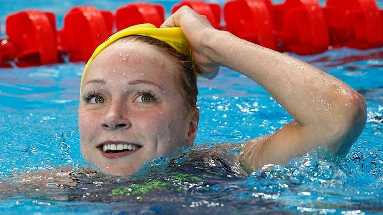 Sarah Sjöström efter guldet på 50 meter fjäril vid sim-VM i Kazan. Foto: Sergei Grits / AP