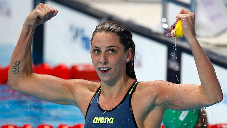 Jennie Johansson efter VM-guldet på 50 meter bröst. Foto: Sergei Grits / AP