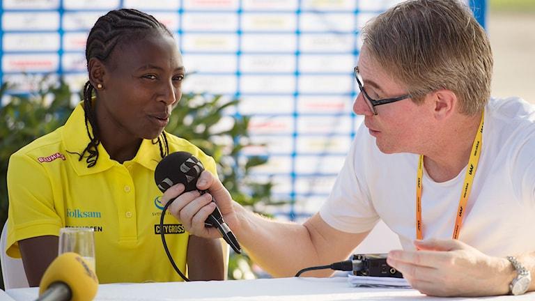Abea Aregawi intervjuas av Radiosportens Bengt Skött. Foto: Ryno Quantz.