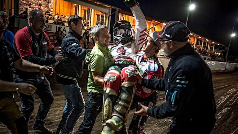 Antonio Lindbäck hyllas efter Indianernas seger i tisdagens semifinal (andra matchen) i SM-slutspelet i speedway. Foto: Pavel Koubek/TT
