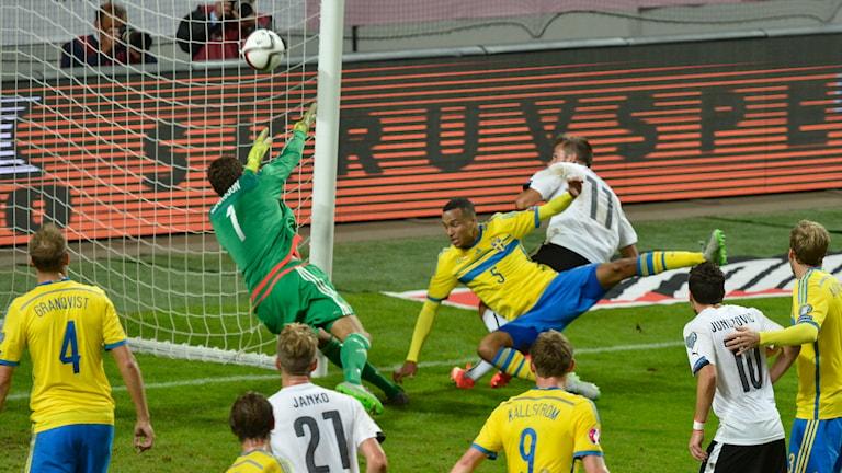 Martin Harnik nickar in Österrikes 2-0-mål