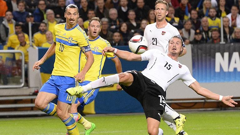 Sebastian Prodl försöker nå bollen före Zlatan Ibrahimovic. Foto: Jonathan Nackstrand/AFP/TT