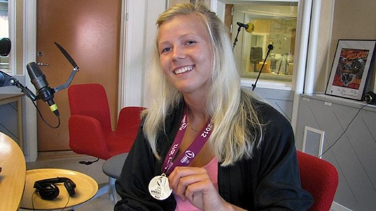 Hanna Glas med sin guldmedalj från U19-EM i Fotboll 2012. Foto: Fredrik Gavelin