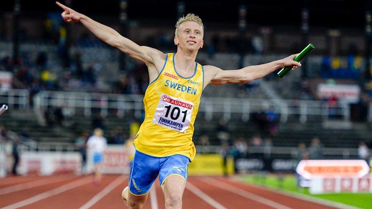 Alexander Brorsson går i mål på sista sträckan i herrarnas stafett. Foto: Jessica Gow/TT