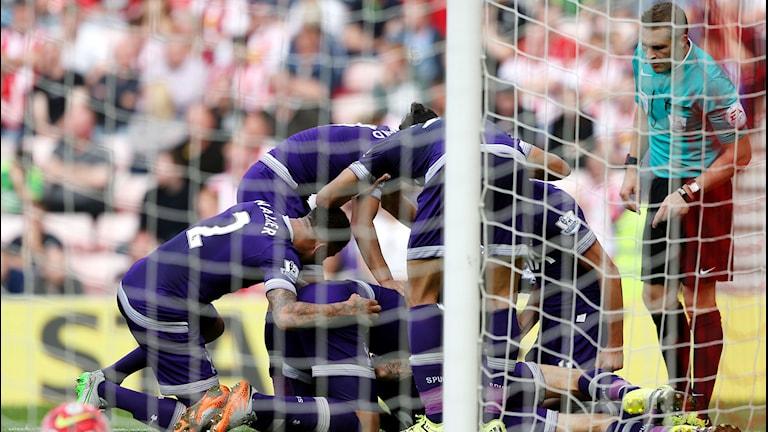 20150913 Tottenham jublar efter mål mot Sunderland i Premier League. Foto: AP Photo/Scott Heppell