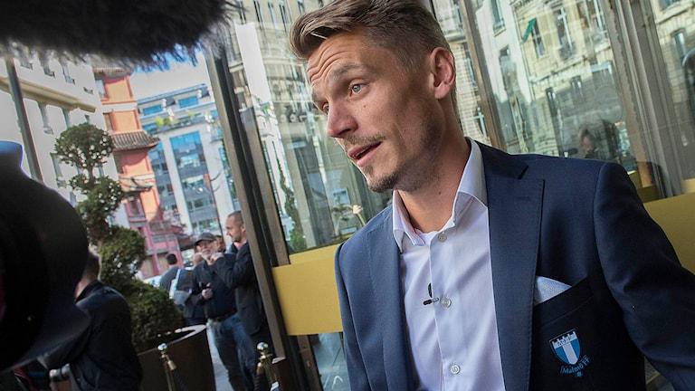 PARIS 20150914 Markus Rosenberg intervjuas när Malmö FF anlände till Paris på måndagen. Champions leguematchen mot Paris Saint-Germain spelas tisdag kväll på Parc des Princes. Foto Jonas Ekströmer / TT.