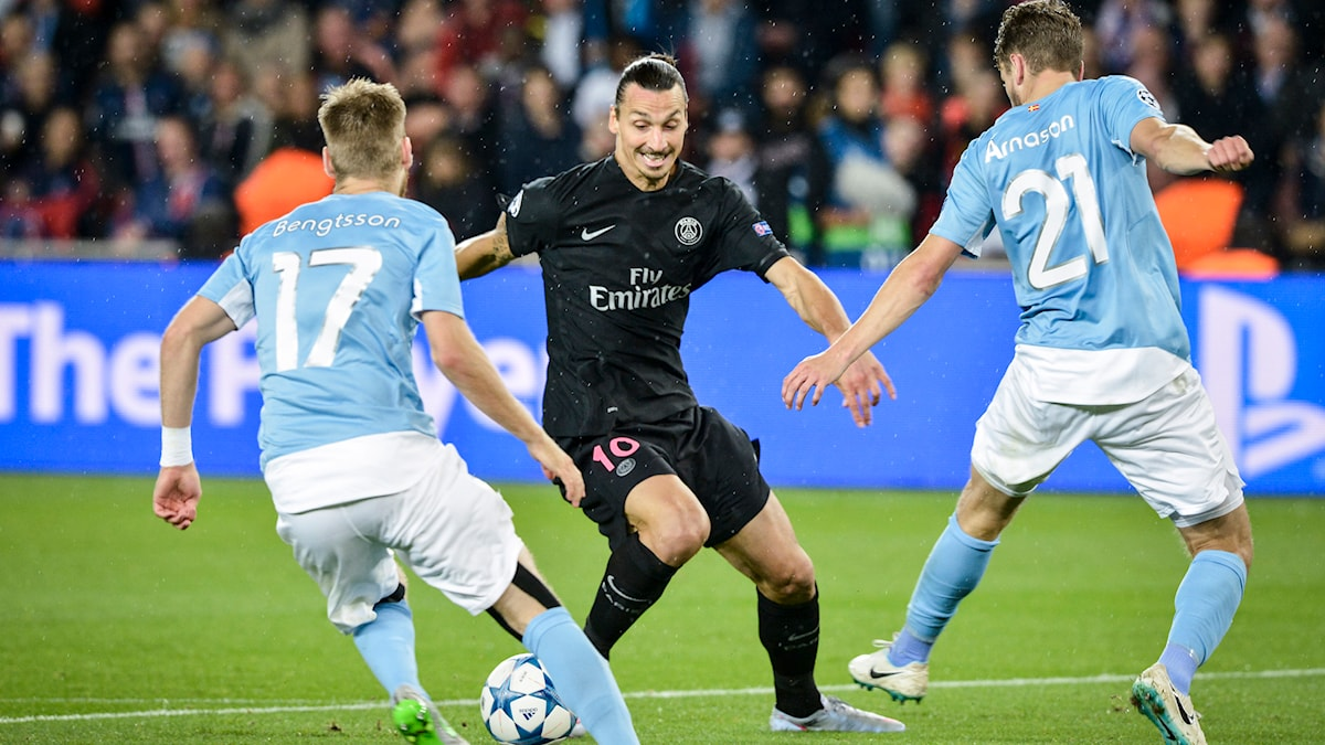 PSG:s Zlatan Ibrahimovic i kamp om bollen med Malmö FF:s Rasmus Bengtsson och Kari Arnason. Foto: Jonas Ekströmer/TT