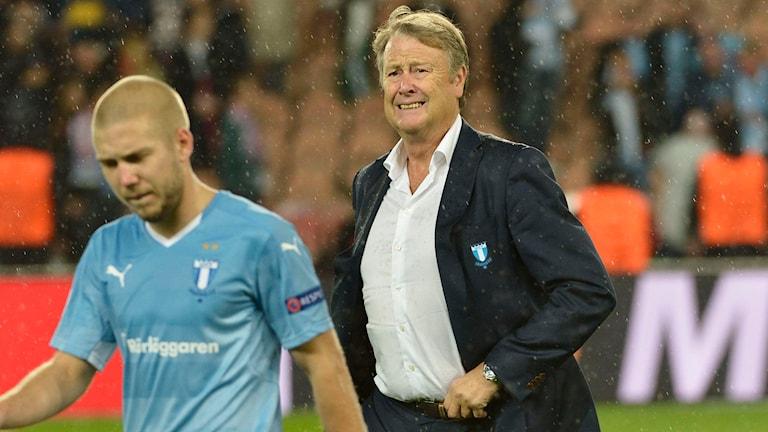 Anton Tinnerholm i förgrunden tillsammans med tränare Åge Hareide. Foto: Jonas Ekströmer/TT