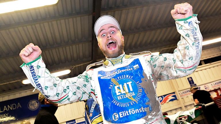 Vetlandas Tomas H Jonasson jublar efter segern i den avgörande SM-finalen i speedway. Foto: TT Nyhetsbyrån