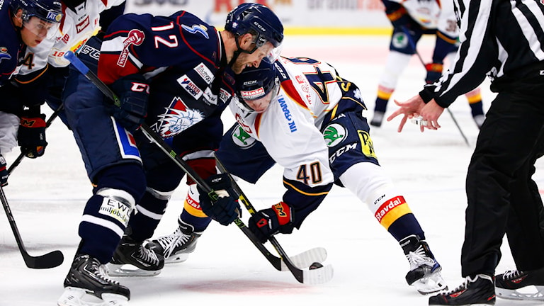 LINKÖPING 20150916 Linköpings Sebastian Karlsson tekar mot TomiSallinen under onsdagens SHL-match mellan Linköping och Djurgården i Saab Arena. Foto: Stefan Jerrevång / TT