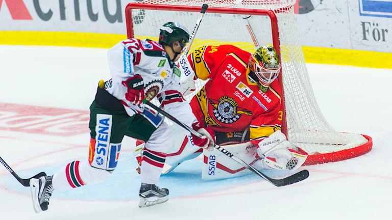 Frölundas Patrik Carlsson framför Luleås målvakt Joel Lassinantti. Foto: Robert Nyholm/TT