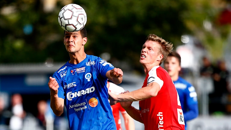ÅFF:s Mauricio Albornoz nickar framför KFF:s Viktor Elm. Foto: Stefan Jerrevång/TT