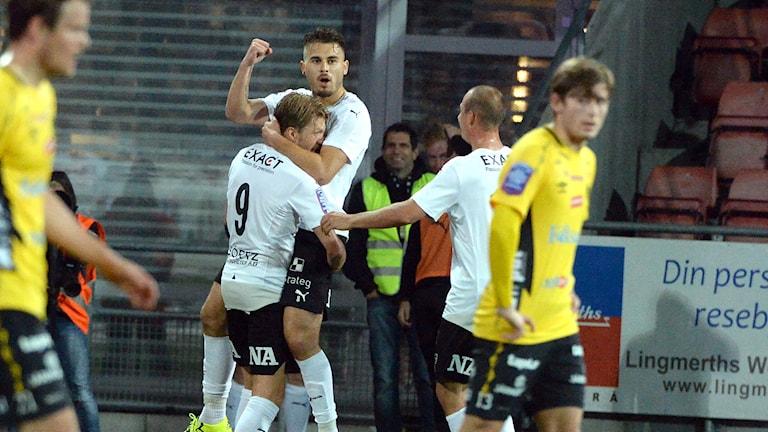 ÖREBRO 2015-09-21 Martin Broberg och Astrit Ajdarevic jublar efter ÖSK:s 1-0 under måndagens fotbollsmatch i allsvenskan mellan Örebro SK och IF Elfsborg på Behrn Arena. Foto: Conny Sillén / TT