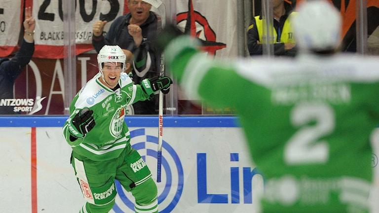 150923 Rögles Daniel Sylwander jublar efter 1-0 i onsdagens SHL-match mellan Rögle och Karlskrona i Lindab Arena. Foto Björn Lindgren/TT