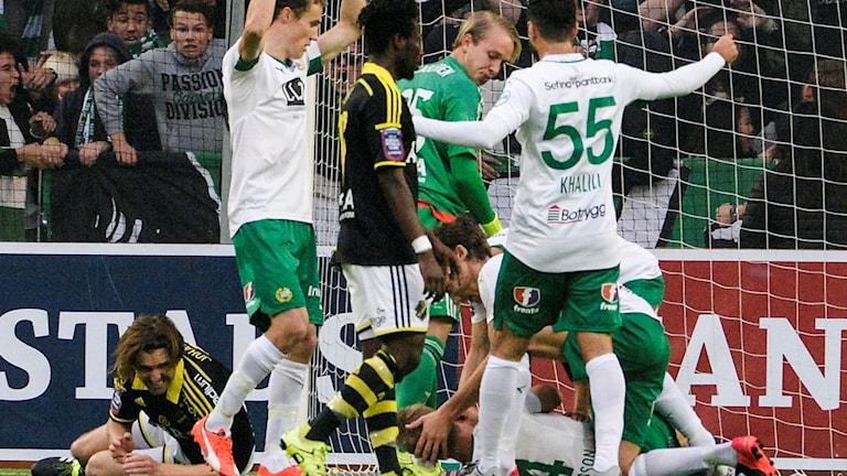 Erik Israelsson ligger medvetslös efter 1-0-målet