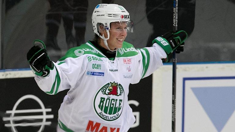 Rögles David Åslin jublar efter segern. Foto: Björn Larsson Rosvall/TT