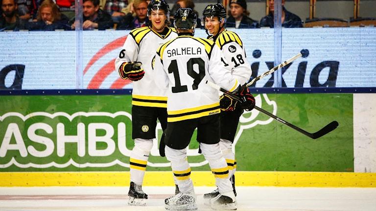LINKÖPING 2015-10-01 Brynäsjubel efter att Anton Rödin (18) kvitterat till 2-2 under torsdagens ishockeymatch i SHL mellan Linköpings HC och Brynäs IF i Saab Arena i Linköping. Foto: Stefan Jerrevång / TT