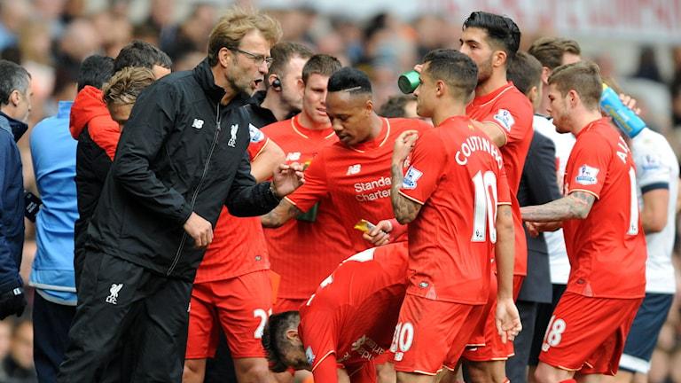 20151017 Jürgen Klopp pratar med hans spelare i Liverpool. Foto: AP Photo/Rui Vieira