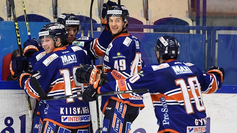 Växjös Robert Rosén klappas om efter 2-1 målet. Foto: Mikael Fritzon/TT