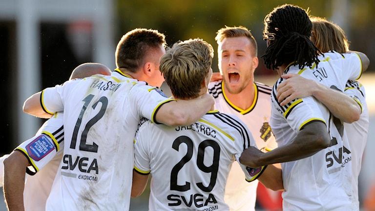 2015-10-18 AIK-jubel efter HBK:s självmål under söndagens match i allsvenskan i fotboll mellan Halmstad BK och AIK på Örjans Vall i Halmstad. Foto: Björn Lindgren/TT