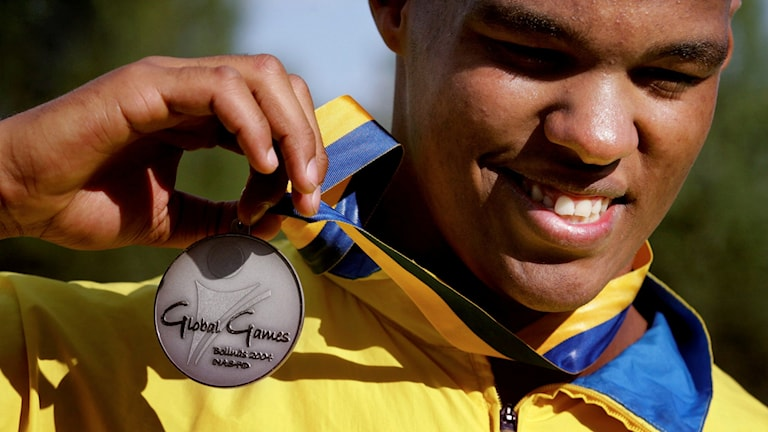 BOLLNÄS 2004-07-28 : Global Games i Bollnäs är ett OS för förståndshandikappade. Under den tredje dagen avgjordes finalen i kula. Polske Kryzysztof Kaczmarek kastade längst och tog guld, medan svenske Jeffrey Ige tog hem silvret. Foto: Jessica Gow/TT