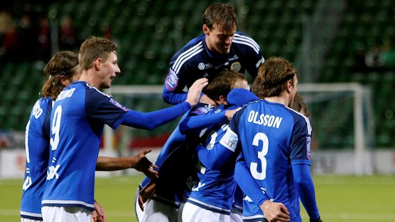 Sundsvallsjubel efter 2-1 målet av Shpetim Hasani. Foto: Therese Ny/TT