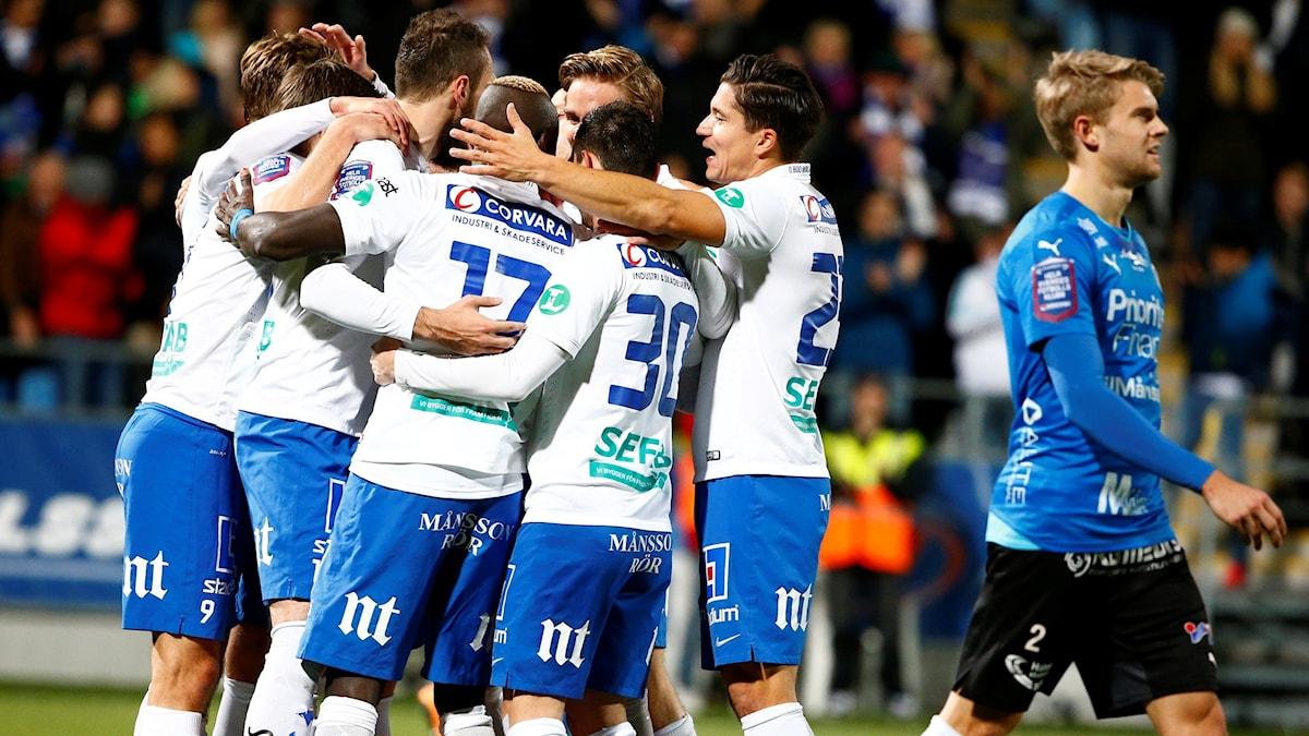 Norrköpings Emir Kujovic klappas om av lagkamraterna. Foto: Stefan Jerrevång/TT