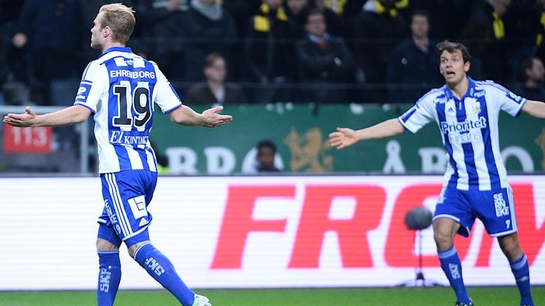 STOCKHOLM 20151026 IFK:s Gustav Engvall (t.v.) jublar efter 1-2-målet i måndagens allsvenska match mellan AIK och IFK Göteborg på Friends Arena. Foto: Maja Suslin / TT.