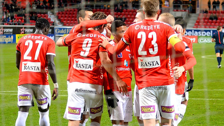 Kalmar FFs spelare jublar efter 2-0 under måndagens allsvenska fotbollsmatch mellan Kalmar FF och Gefle IF på Guldfågeln Arena i Kalmar. Foto: Patric Söderström / TT.