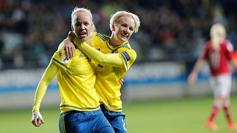 GÖTEBORG 2015-10-27 Caroline Seger och Petra Larsson jublar efter 1-0-målet under EM-kvalmatchen i fotboll mellan Sverige och Danmark på gamla Ullevi i Göteborg. Foto Adam Ihse / TT