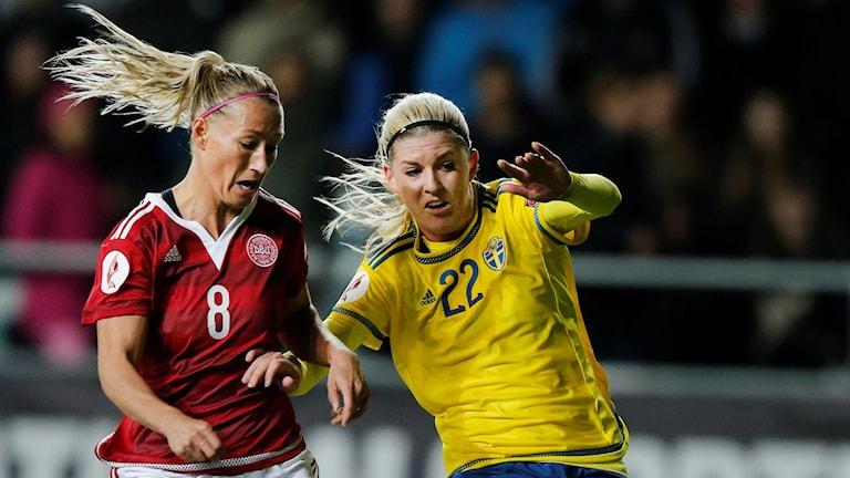 Sveriges Olivia Schough i duell med Danmarks Theresa Nielsen. Foto: Adam Ihse/TT