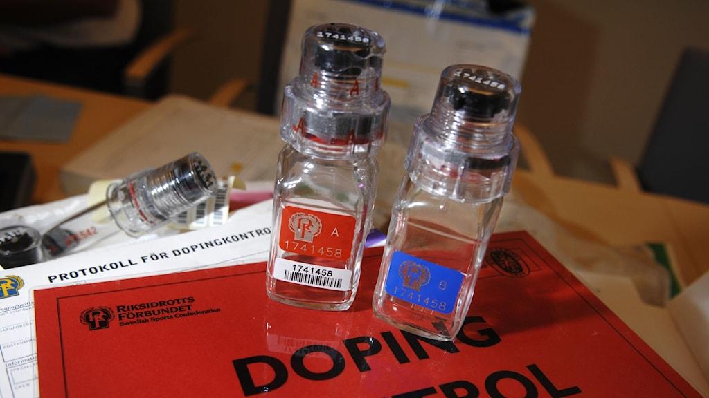 Flaskor för urin vid dopingtest.