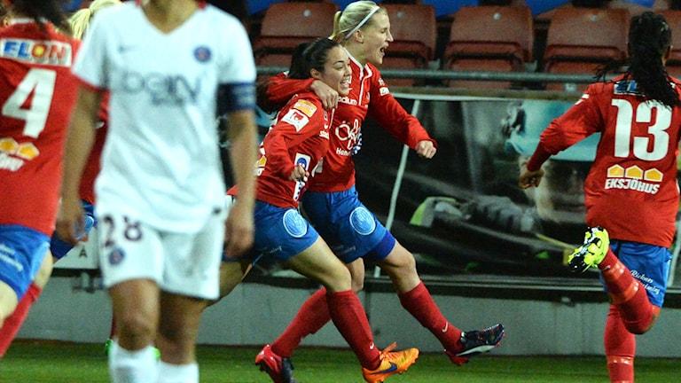 Michelle De Jongh och Sanna Talonen-Torstensson 1-0-jublar. Foto: Conny Sillén/TT