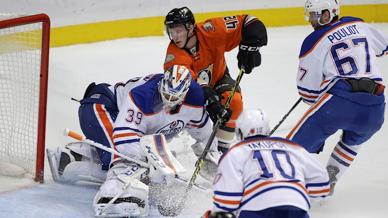 20151111 Anaheim-Edmonton Målvakten Anders Nilsson räddar skott. Foto: Lenny Ignelzi/TT