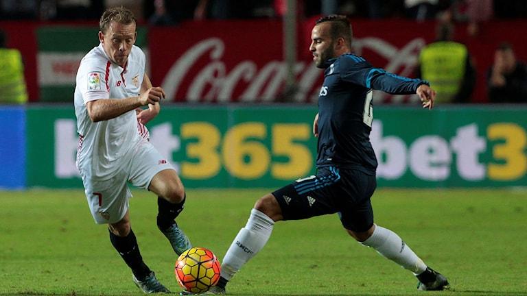 Michael Krohn-Dehli (t.v.) för sitt Sevilla mot Real Madrid
