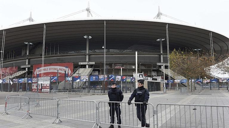 20151114 Polis utanför Stade de France som utsattses för terrorattacker när Frankrike mötte Tyskland. Foto: Miguel Medina/AFP photo