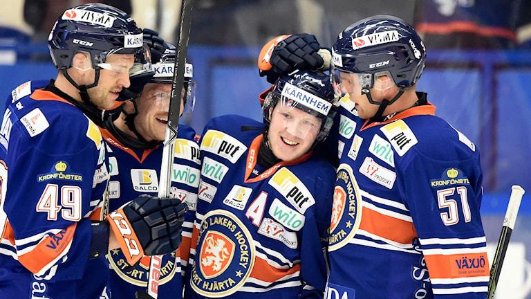 Tuomas Kiiskinen klappas om av lagkamraterna. Foto: Mikael Fritzon/TT