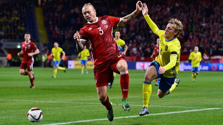 Danmarks Simon Kjær mot Sveriges Emil Forsberg. Foto: Marcus Ericsson/TT