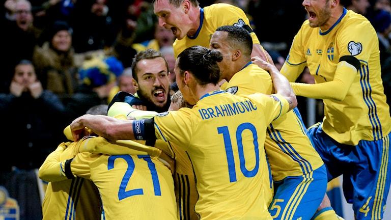 Zlatan jublar med lagkamraterna. Foto: Janerik Henriksson/TT
