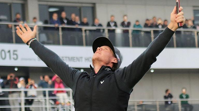 20151115 Kristoffer Broberg jublar efter att ha vunnit Europatourtävlingen i Shanghai. Foto: AP photo
