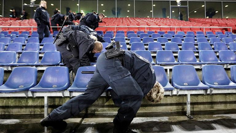 Polis undersöker arenan i Hannover. Foto: TT