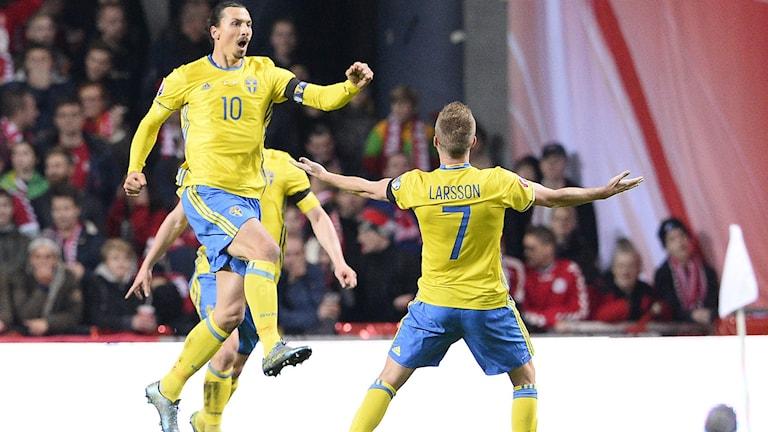Zlatan Ibrahimovic och Sebastian Larsson jublar. Foto: AFP/TT