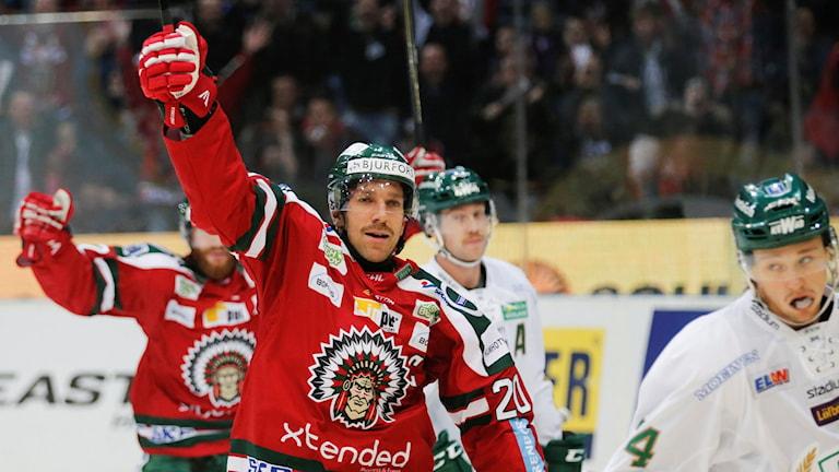 GÖTEBORG 2015-11-19 Frölundas Joel Lundqvist signalerar för 1-0 under torsdagens SHL-matchmellan Frölunda HC och Färjestads BK i Scandinavium i Göteborg. Foto: Adam Ihse / TT