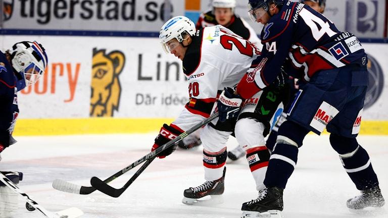 LINKÖPING 20151119 Malmös Henrik Hetta (V) jagas av Jonas Junland under torsdagens SHL-match mellan Linköping HC och Malmö Redhawks i Saab Arena. Foto: Stefan Jerrevång/ TT