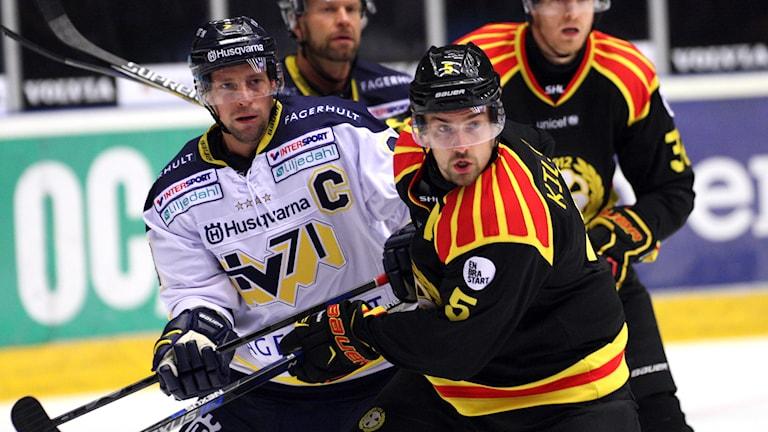 HV:s Chris Abbott och Brynäs Lukas Kilström. Foto: Mats Åstrand/TT