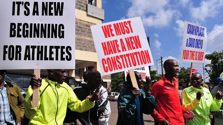 Kenyanska friidrottare utanför förbundets kontor. Foto: AFP/TT