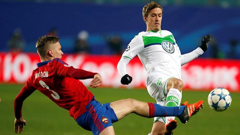 Moskvas Pontus Wernbloom och Wolfsburgs Max Kruse. Foto: AP Photo/Pavel Golovkin/TT