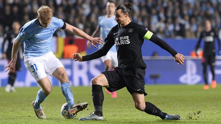 Zlatan Ibrahimovic och Franz Brorsson under gruppspelsmatchen i Champions League. Foto: AFP/TT