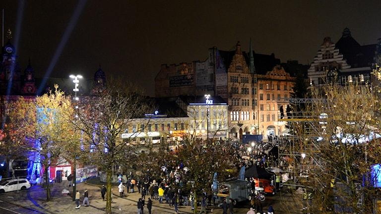 Många samlades på Stortorget för att se matchen. Foto: Jon Willén/TT
